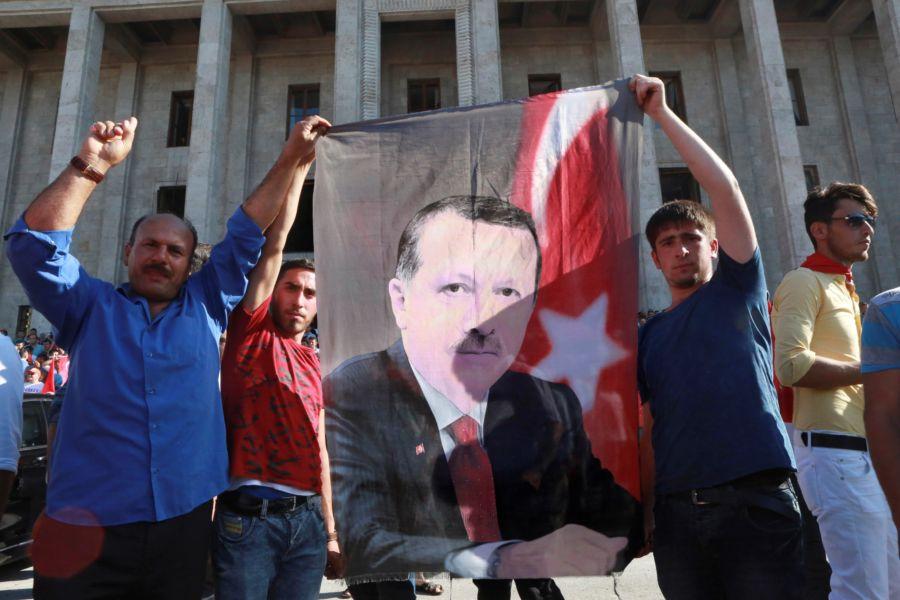 Lealisti espongolo un disegno del premier Erdogan Foto AFP PHOTO / ADEM ALTAN