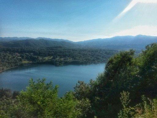 Vista sulla sponda sud, dove il lago si fa più grande e i colli più dolci
