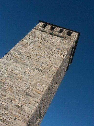 La torre vista dal basso, un pinnacolo molto alto di una fortezza che non c'è più