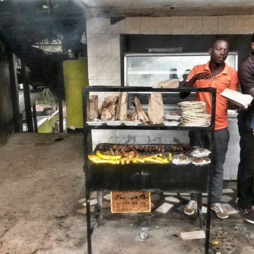Punti ristoro lungo le strade principali non mancano: qui streetfood sulla via per Iringa
