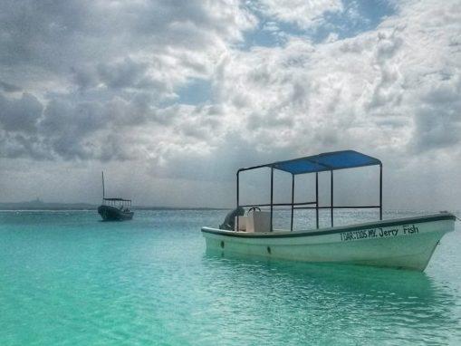 Per arrivare alle isolette di fronte alla costa si usano i dhow oppure queste barche a motore